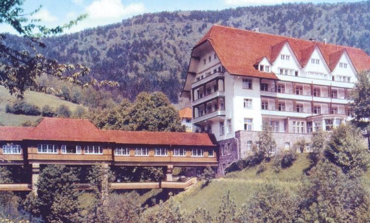 Historische Aufnahme des Carlsbau mit Brücke und Wandelhalle zum gegenüber liegenden Alexanderbau.