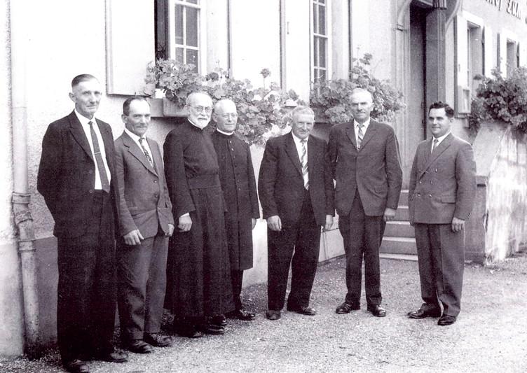 Die letzten Bürgermeister der ehemaligen Gemeinden: Hermann Tritschler von Föhrental (1.v.l.), Georg Reichenbach von Oberglottertal (2.v.l.), Josef Herbstritt von Ohrensbach (3.v.r.) und Georg Strecker von Unterglottertal (2.v.r.), sowie den ersten Bürgermeister der neuen Gemeinde Glottertal August Strecker (1.v.r.). Pater Georg Schurhammer, Ehrenbürger aller vier Gemeinden (3.v.l.), Pfarrer Adolf Schlegel, (4.v.r.).