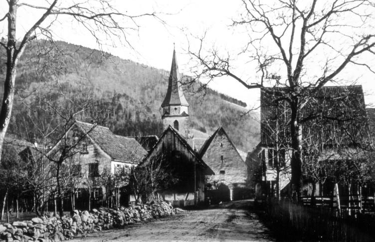 Das Bild aus dem Jahr 1890 zeigt den Ortskern mit der alten Pfarrkirche von 1458, die 1720 vergrößert worden war.